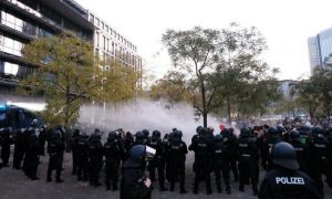 Mii de persoane protestează la Frankfurt faţă de restricţiile anti-COVID
