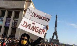 """Jurnaliștii francezi au ieșit în stradă: """"Vom pune jos telefoanele când voi veți pune jos armele"""""""