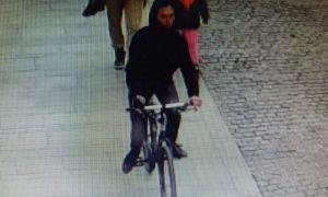 Un biciclist care a accidentat o fetiță de 2 ani, căutat de polițiști