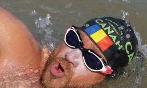 Sportivul Avram Iancu își face încălzirea pentru doborârea recordului de înot anduranţă