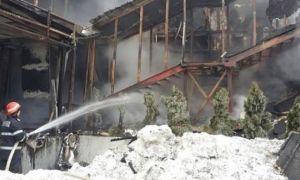 Incendiul de la depozitul Remat din Capitală tot nu a fost stins