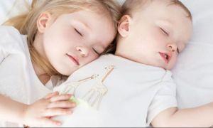 Avertismentul psihologilor: Copiii lipsiți de afecțiune riscă grave afecțiuni psihice