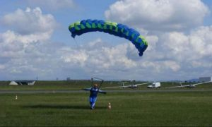Suceava: un copil de 16 ani A CĂZUT cu parașuta, după un salt de la 1200 de metri
