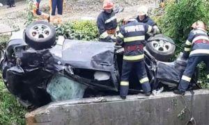 Accident GRAV în Bacău: Două persoane au murit după ce mașina s-a răsturnat într-o râpă