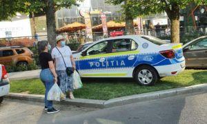 Cu mașina de POLIȚIE pe spațiul verde. Cum răspunde MAI