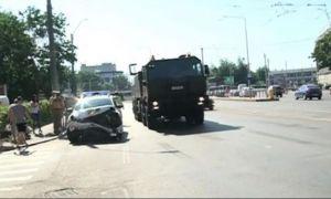 Accident rutier cu un convoi MILITAR în Capitală. Două persoane au fost transportate la spital