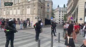 Franța: zeci de MII de oameni protestează împotriva VACCINĂRII