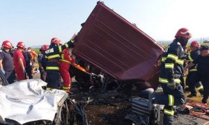 UPDATE. Șapte persoane AU DECEDAT lângă BACĂU, în accidentul dintre un autoturism și un microbuz