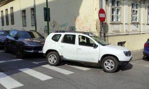 Un PRIMAR și-a cerut scuze că a parcat pe trecerea pentru pietoni. Așteptăm reacția Poliției Rutiere