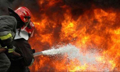Incendiu puternic în Constanța: Mai multe persoane au rămas blocate în clădirea cuprinsă de flăcări