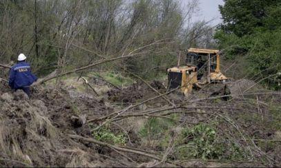 Alunecare de teren într-o comună din Prahova. Oamenii au fugit din case