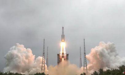 O parte din racheta chinezească Long March-5B urmează să reintre necontrolat în atmosferă. Unele bucăți ar putea cădea în teritorii locuite