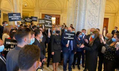 """PSD a protestat în Parlament: """"Nu ascundeți MORȚII! Vinovații să plătească!"""""""